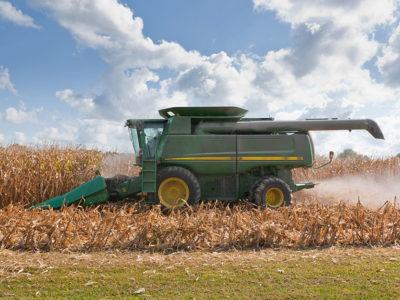 Corn_harvest_tractor_JohnDeere2