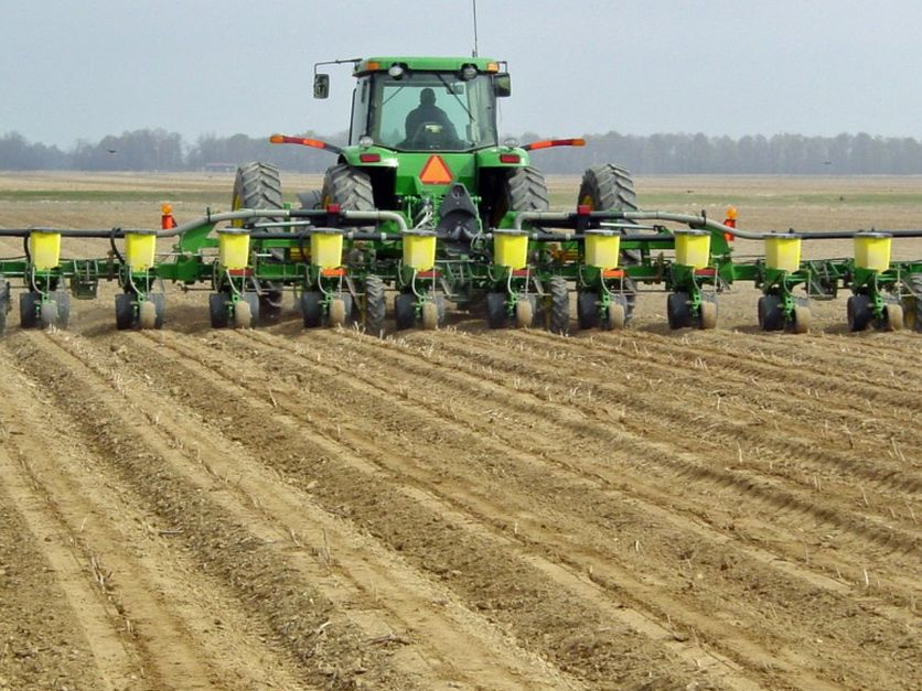 US farmers planting fewer corn, soybean acres